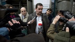 Budapest, 2009. február 16. Mali Zoltán, Drávapiski polgármestere, nyilatkozik a sajtó képviselõinek a Provident Zrt.-nek helyet adó belvárosi irodaépületnél rendezett tüntetésen. A magát Antiprovident csoportnak nevezõ társaság demonstrációt szervezett az épület elé, hogy a hatóságok azonnali hatállyal függesszék fel a cég mûködését, ami szerintük gyakorlatilag államilag jóváhagyott uzsora-bûncselekmény. Állításuk szerint a gyorshitelt nyújtó vállalkozás a több száz százalékos kamatú kölcsöneivel családok tízezreit teszi tönkre. Az Antiprovident csoport egyébként adócsalás miatt feljelentést is tett a cég ellen, mert véleményük szerint a Provident 2001 áprilisától 2006 októberéig semmilyen nyugtát vagy elismervényt nem adott a kölcsönrészletek átvételekor. Bár ezért a Providentet a Pénzügyi Szervezetek Állami Felügyelete 2 millió forintra megbírságolta, adócsalás ügyében a PSZÁF nem intézkedhetett. MTI Fotó: Szigetváry Zsolt