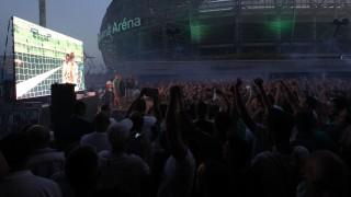 Budapest, 2015. július 9. Szurkolók nézik a kivetítõt a labdarúgó Európa Liga selejtezõjének elsõ fordulójában játszott Ferencváros - Go Ahead Eagles zártkapus visszavágó mérkõzés alatt, a budapesti Groupama Aréna elõtt 2015. július 9-én. MTI Fotó: Szigetváry Zsolt