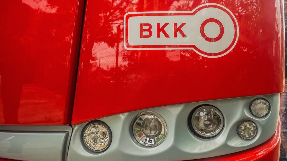 Budapest, 2015. szeptember 27. Az új Solaris-Skoda gyártmányú trolibusz homlokfalának részlete a BKK (Budapesti Közlekedési Központ) emblémájával. MTVA/Bizományosi: Faludi Imre  *************************** Kedves Felhasználó! Ez a fotó nem a Duna Médiaszolgáltató Zrt./MTI által készített és kiadott fényképfelvétel, így harmadik személy által támasztott bárminemû – különösen szerzõi jogi, szomszédos jogi és személyiségi jogi – igényért a fotó készítõje közvetlenül maga áll helyt, az MTVA felelõssége e körben kizárt.