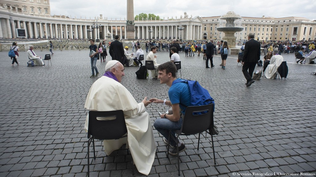 """This handout picture released by the Vatican press office shows Pope Francis confessing a young faithful during the Youth Jubilee on April 13, 2016 at St Peter's square in Vatican. / AFP PHOTO / OSSERVATORE ROMANO / - / RESTRICTED TO EDITORIAL USE - MANDATORY CREDIT """"AFP PHOTO / OSSERVATORE ROMANO"""" - NO MARKETING NO ADVERTISING CAMPAIGNS - DISTRIBUTED AS A SERVICE TO CLIENTS"""