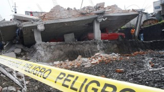 Quito, 2016. április 18. Romba dõlt épületnél helyszínelnek egy rendõrségi szalaggal lezárt területen az ecuadori Quitóban 2016. április 17-én, egy nappal az után, hogy a Richter-skála szerint 7,8-as fokozatú földrengés rázta meg a latin-amerikai ország északnyugati partvidékét. A természeti katasztrófa halálos áldozatainak száma 272-re emelkedett, a sérültek száma meghaladja a 2060-at. (MTI/EPA/Fredy Constante)
