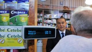 Budapest, 2012. július 21.Orbán Viktor miniszterelnök (b) egy vásárlóval beszélget a zuglói Róna Patikában, mielőtt a Magyar Gyógyszerészi Kamara vezetőségével konzultál.MTI Fotó: Koszticsák Szilárd