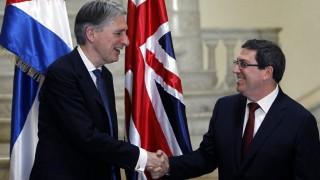 Havanna, 2016. április 29. Philip Hammond brit külügyminisztert (b) fogadja kubai partnere, Bruno Rodriguez Parilla a havannai külügyminisztériumban 2016. április 28-án. Hammond az elsõ brit külügyminiszter, aki 1959 óta hivatalos látogatást tesz a karibi szigetországban. (MTI/EPA/Ernesto Mastrascusa)