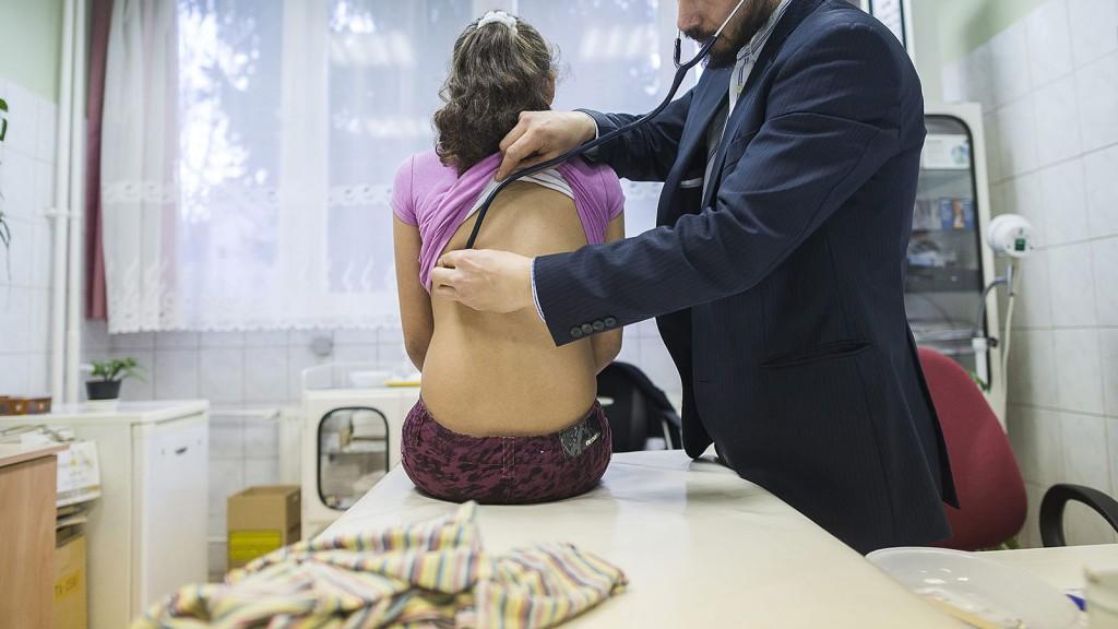Nyíregyháza, 2014. február 11.Terdik M. Gergely gyerekgyógyász megvizsgál egy lányt Nyíregyházán, egy háziorvosi rendelőben 2014. február 11-én. Budapesten és 14 megyében nőtt az influenzaszerű megbetegedéssel orvoshoz fordulók száma. Magyarországon hetente 10-15 százalékkal nő a megbetegedések száma.MTI Fotó: Balázs Attila