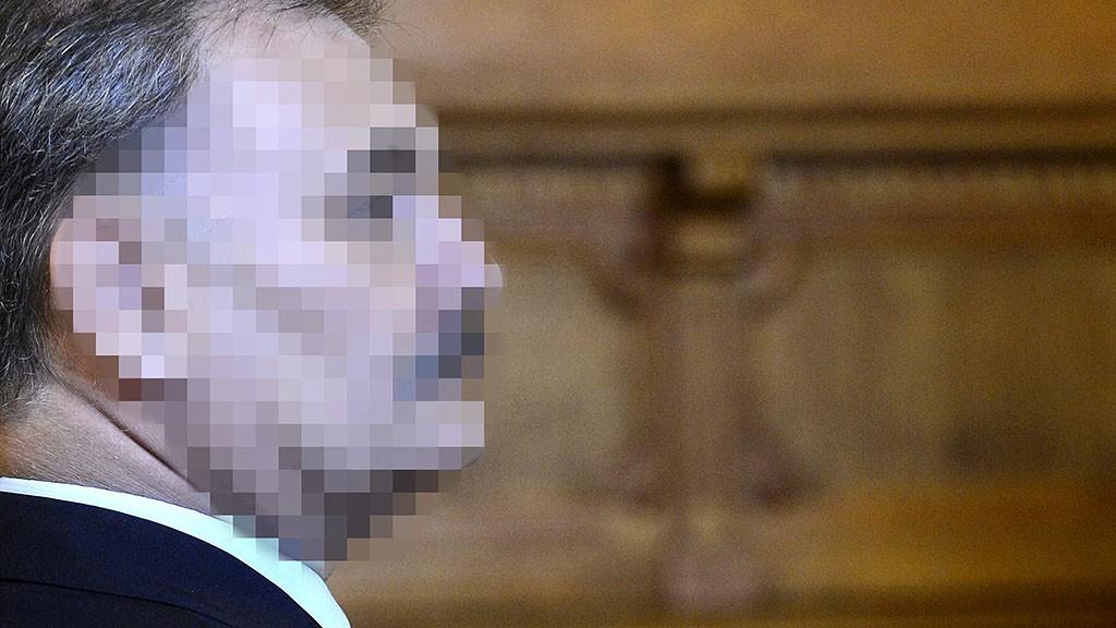 Budapest, 2015. április 8.Hiszékeny Dezső vádlott, az MSZP parlamenti képviselője, volt XIII. kerületi alpolgármester vezető beosztású személy által elkövetett hivatali vesztegetés elfogadásának bűntette miatti büntetőperén a Fővárosi Törvényszék Markó utcai épületében 2015. április 8-án. A vád szerint 2013 januárjában Hiszékeny Dezső, akkori angyalföldi alpolgármester közvetítőn keresztül jogtalanul 5 millió forintot kért magának azért, hogy egy, az önkormányzat tulajdonában lévő üzlethelyiség bérleti jogát egy vállalkozónak adja.MTI Fotó: Soós Lajos