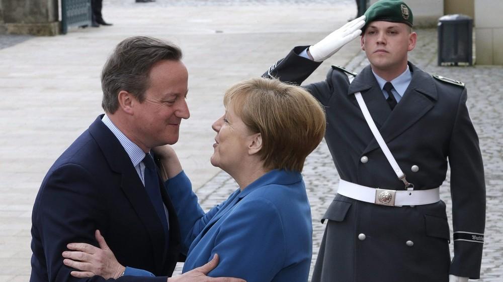 Hannover, 2016. április 25. Angela Merkel német kancellár (k) fogadja David Cameron brit miniszterelnököt a Barack Obama amerikai elnök németországi látogatása alkalmából rendezett német-amerikai-brit-francia-olasz csúcstalálkozó elõtt Hannoverben 2016. április 25-én. (MTI/AP/Michael Sohn)