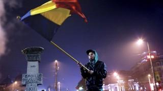 Bukarest, 2015. november 6. Egy kormányellenes tüntetõ román nemzetiszínû zászlót lenget, amint elõrehozott választásokat követelnek a bukaresti Egyetem téren 2015. november 6-án. (MTI/EPA/Robert Ghement)
