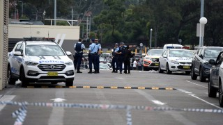 Sydney, 2016. április 29. Az új-dél-walesi rendõrség tagjai a Bankstown Central bevásárlóközpont parkolójában történt lövöldözés helyszínén Sydneyben 2016. április 29-én. A rendõrség tájékoztatása szerint a lövöldözésben egy ember életét vesztette, kettõ megsebesült. (MTI/EPA/Dean Lewins)