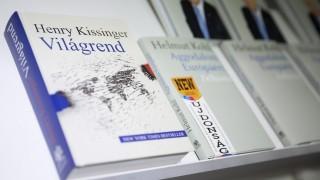 Budapest, 2016. április 23. Henry Kissinger volt amerikai külügyminiszter Világrend és Helmut Kohl volt német kancellár Aggodalom Európáért címû könyve a 23. Budapesti Nemzetközi Könyvfesztiválon a Millenárison 2016. április 23-án. MTI Fotó: Mohai Balázs
