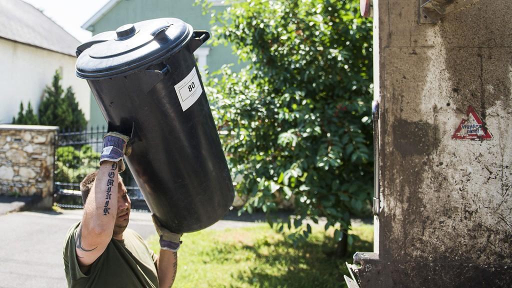 Nyíregyháza, 2015. június 17.Egyedi azonosítóval ellátott hulladéktároló edényt ürít a Térségi Hulladék-gazdálkodási Nonprofit Kft. munkatársa Nyíregyházán, a Liget utcában 2015. június 17-én. Több mint 1,2 milliárd forint értékű hulladékgazdálkodási eszközfejlesztés kezdődött Nyíregyházán, ahol július végéig rádiófrekvenciás chippel látják el a családi házas övezetek háztartási szemétgyűjtő edényeit, valamint huszonkétezer háztartását látnak el egyenként 240 literes szelektív hulladékgyűjtő edénnyel, amelyek kiváltják az eddigi zsákos szelektív gyűjtést.MTI Fotó: Balázs Attila