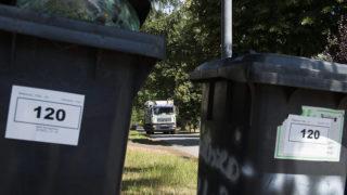 Nyíregyháza, 2015. június 17.Egyedi azonosítóval ellátott hulladéktároló edényt készülnek kiüríteni a Térségi Hulladék-gazdálkodási Nonprofit Kft. munkatársai Nyíregyházán, a Játszó utcában 2015. június 17-én. Több mint 1,2 milliárd forint értékű hulladékgazdálkodási eszközfejlesztés kezdődött Nyíregyházán, ahol július végéig rádiófrekvenciás chippel látják el a családi házas övezetek háztartási szemétgyűjtő edényeit, valamint huszonkétezer háztartását látnak el egyenként 240 literes szelektív hulladékgyűjtő edénnyel, amelyek kiváltják az eddigi zsákos szelektív gyűjtést.MTI Fotó: Balázs Attila