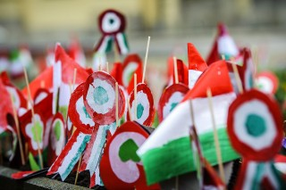 Debrecen, 2016. március 15.Papírkokárdák a debreceni Kossuth téren, az 1848-49-es forradalom és szabadságharc kitörésének 168. évfordulóján, 2016. március 15-én.MTI Fotó: Czeglédi Zsolt