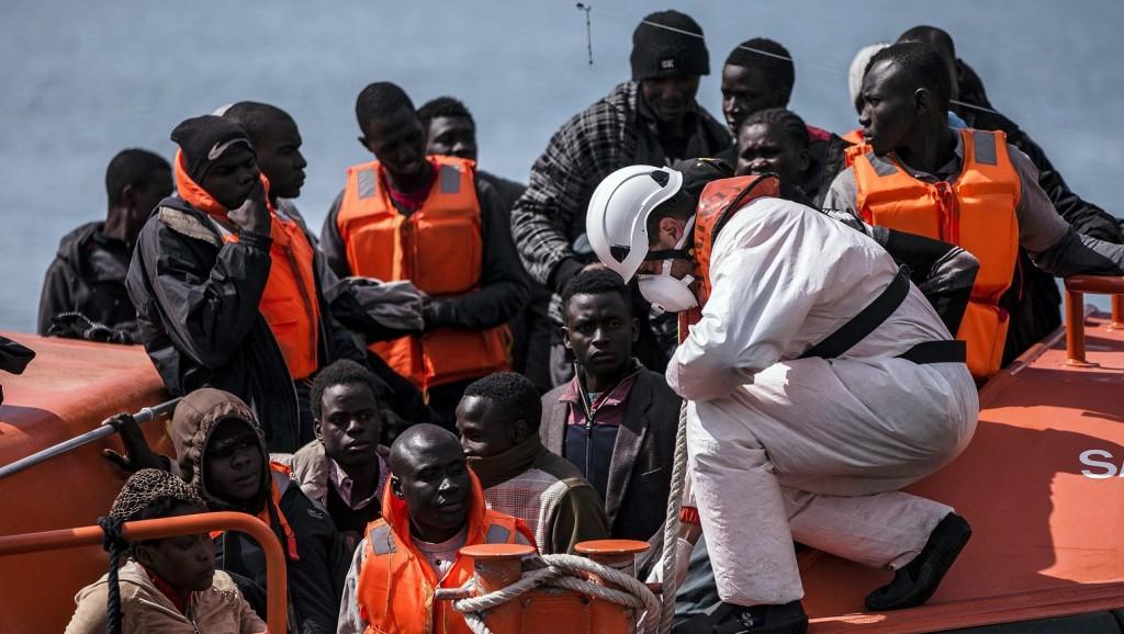Málaga, 2016. április 15. Afrikai migránsokat segít ki csónakjukból a spanyol mentõegység egyik tagja Málaga kikötõjében 2016. április 15-én, miután a parti õrség elfogta a Földközi-tengert átszelõ hajójukat 54 szub-szaharai menekülttel a fedélzetén az ország déli tengerpartjának közelében. (MTI/EPA/Jorge Zapata)