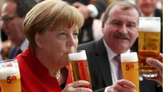 Ingolstadt, 2016. április 22. Angela Merkel német kancellár (b) sört iszik a bajor sörtisztasági törvény beiktatásának 500. évfordulója alkalmából rendezett ünnepségen Ingolstadtban 2016. április 22-én. (MTI/AP pool/Michaela Rehle)
