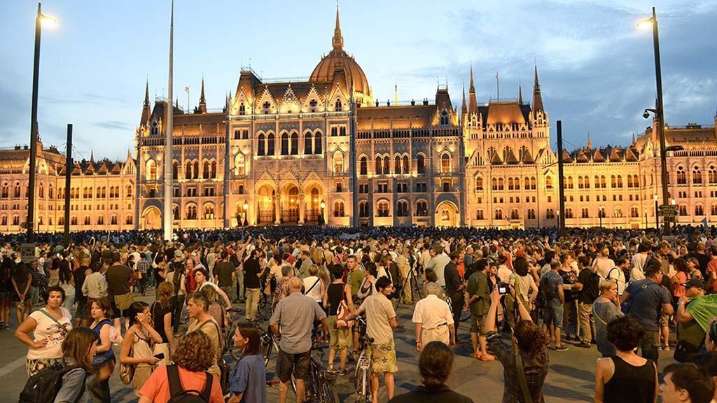 Budapest, 2015. szeptember 2.Résztvevők a Migration Aid csoportnak a migrációval összefüggő törvényjavaslatok ellen, illetve a bevándorlók melletti demonstrációján Budapesten, a Kossuth Lajos téren 2015. szeptember 2-án.MTI Fotó: Bruzák Noémi