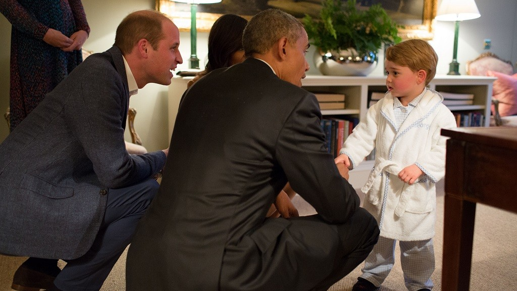"""A handout picture released by Kensington Palace on April 22, 2016 shows Britain's Prince George of Cambridge (R) meeting US President Barack Obama (C) and First Lady Michelle Obama (behind) at Kensington Palace in London on April 22, 2016 with Prince William, Duke of Cambridge (2L) and Catherine, Duchess of Cambridge (L).  / AFP PHOTO / KENSINGTON PALACE / WHITE HOUSE PHOTOGRAPHER / PETE SOUZA / RESTRICTED TO EDITORIAL USE, NO COMMERCIAL USE, NO ADVERTISING, NO MERCHANDISING, MANDATORY CREDIT """"AFP / KENSINGTON PALACE / WHITEHOUSE PHOTOGRAPHER / PETE SOUZA"""" RESTRICTED TO SUBSCRIPTION USE - NO SALES - DISTRIBUTED AS A SERVICE TO CLIENTS"""