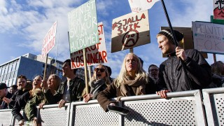 Reykjavík, 2016. április 5.Tüntetők követelik Sigmundur David Gunnlaugsson izlandi miniszterelnök lemondását a parlament épülete előtt Rekjavíkban 2016. április 4-én, miután nyilvánosságra került, hogy a kormányfő érintett lehet az eltitkolt offshore ügyletekben. A Süddeutsche Zeitung német lapnak több százezer offshore cég titkos adatát szivárogtatta ki egy titkos forrás a Mossack Fonseca panamai ügyvédi irodától, amely névtelen offshore vállalatokat ad el ügyfelei számára a világ számos részén. A kiszivárgott listán számos politikus, üzletember, híresség és neves sportoló neve szerepel.  (MTI/EPA/Birgir Por Hardarson)