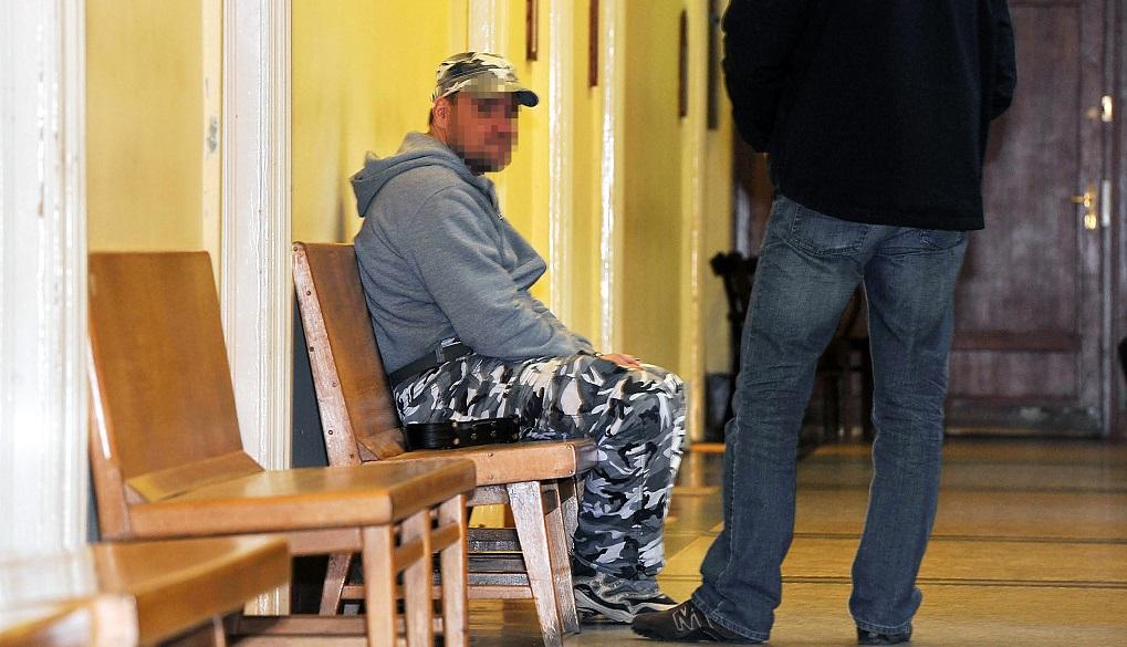 """Budapest, 2016. március 31. Az """"Oktogon téri"""" bankrablóként elhíresült férfi várakozik tárgyalására a Fõvárosi Fõügyészség Fõ utcai épületének folyosóján 2016. március 31-én. A bíróság a 43 éves gyanúsított elõzetes letartóztatásáról fog dönteni, aki február 24-én az Oktogon téren, február 18-án a V. kerületi Széchényi téren és március 22-én Solymáron rabolt ki bankot. MTI Fotó: Mihádák Zoltán"""