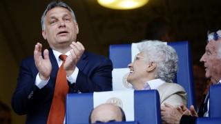 Felcsút, 2014. április 21. Orbán Viktor miniszterelnök és szülei a felcsúti Puskás Akadémia Pancho Aréna nyitóünnepségén 2014. április 21-én. MTI Fotó: Beliczay László