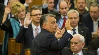 Budapest, 2016. április 11. Orbán Viktor miniszterelnök kézfeltartással szavaz a napirendrõl az Országgyûlés plenáris ülésén 2016. április 11-én. MTI Fotó: Illyés Tibor