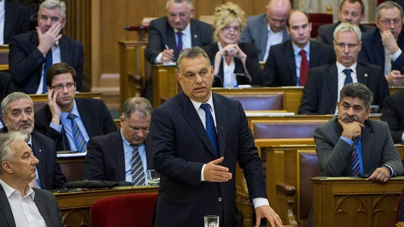 Budapest, 2016. április 11.Orbán Viktor miniszterelnök (k) a Jobbik frakcióvezetője, Vona Gábor azonnali kérdésére válaszol az Országgyűlés plenáris ülésén 2016. április 11-én. Mellette balról Semjén Zsolt nemzetpolitikáért felelős miniszterelnök-helyettes.MTI Fotó: Illyés Tibor