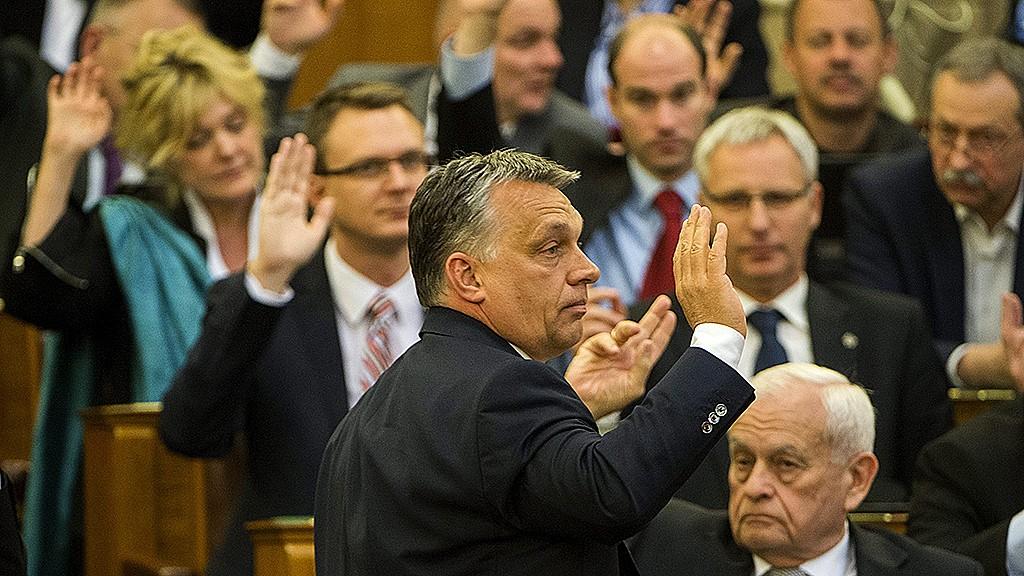 Budapest, 2016. április 11.Orbán Viktor miniszterelnök kézfeltartással szavaz a napirendről az Országgyűlés plenáris ülésén 2016. április 11-én.MTI Fotó: Illyés Tibor