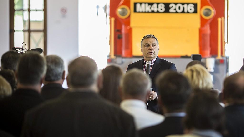 Felcsút, 2016. április 30.A Miniszterelnöki Sajtóiroda által közzétett képen Orbán Viktor miniszterelnök beszédet mond a Vál-völgyi kisvasút első szakaszának átadásán Felcsúton 2016. április 30-án. A projekt a Pannónia Szíve program része, amely 14 települést érint.MTI Fotó: Miniszterelnöki Sajtóiroda / Szecsődi Balázs