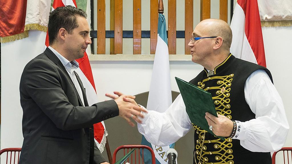 Érpatak, 2013. november 29.Vona Gábor, a Jobbik elnöke (b) és Orosz Mihály Zoltán, Érpatak polgármestere kezet fog az együttműködési megállapodás aláírása után Érpatakon, az általános iskola aulájában 2013. november 29-én. A szabolcsi településen a Jobbik Magyarországért Mozgalom és az Érpataki Modell Országos Hálózata közötti együttműködési megállapodás ünnepélyes aláírása alkalmából szerveztek stratégiaismertető rendezvényt és sajtótájékoztatót.MTI Fotó: Balázs Attila
