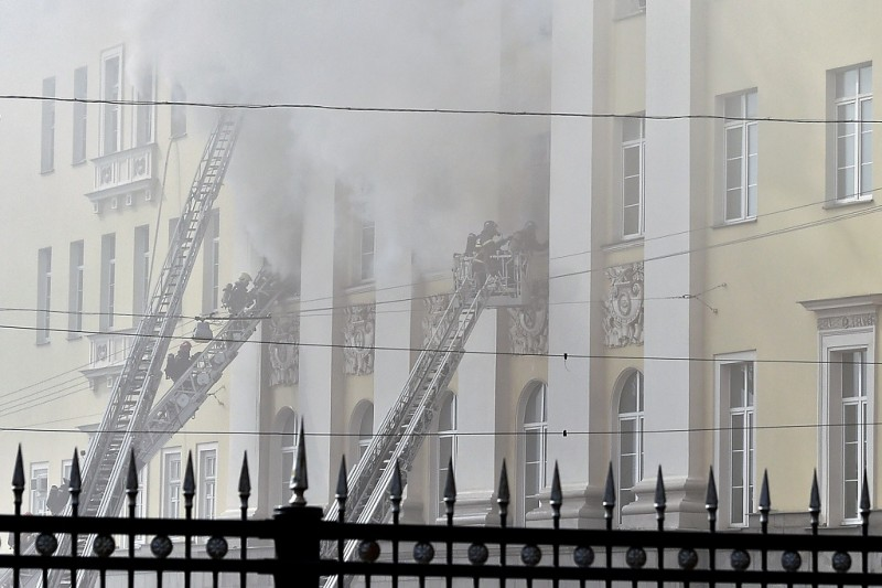 Firefighters work to extinguish a fire at a building of Russia's Defence Ministry in central Moscow on April 3, 2016. / AFP / DMITRY SEREBRYAKOV