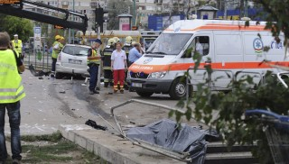 Budapest, 2013. augusztus 14. Rendõrök, mentõsök és tûzoltók dolgoznak a budapesti Örs vezér téren 2013. augusztus 14-én, ahol egy nõ meghalt, több ember megsérült, amikor egy autó behajtott a villamosmegállóba. Az autós a Fehér út irányából hajtott az Örs vezér tér felé, az útkeresztezõdésben elvesztette az uralmát a jármû fölött, egy járdaszigetnek ütközött, áthajtott egy bozótos területen, majd a villamosmegállóban várakozók közé csapódott. MTI Fotó: Mihádák Zoltán