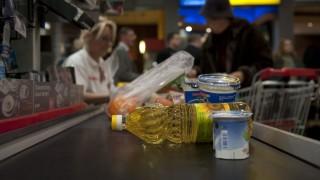 Budapest, 2013. december 20. Áruk a pénztár futószalagján a SPAR Magyarország Kft. Bécsi úti szupermarketében a cég online kasszákat bemutató sajtótájékoztatóján 2013. december 20-án. A SPAR megkezdte az online kassza átállást, a múlt hétvégétõl öt üzlet pénztárgépei állnak összeköttetésben a NAV-val. MTI Fotó: Kallos Bea