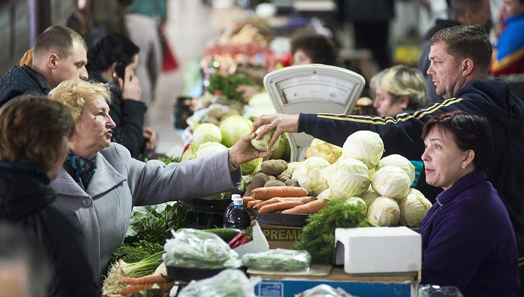 Beregszász, 2015. március 19.  Zöldségárus a kárpátaljai Beregszászon, a Széchenyi utcai piacon 2015. március 18-án. Ukrajnában a nemzeti valuta, a hrivnya leértékelődése miatt leginkább az alapvető élelmiszerek drágultak.MTI Fotó: Balázs Attila