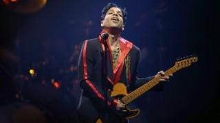 Antwerpen, 2016. április 21. 2010. november 8-án készült kép Prince amerikai énekesrõl egy antwerpeni koncerten. A hétszeres Grammy-díjas Prince, aki a Bíboresõ (Purple Rain) címû koncertfilmjének zenéjéért 1985-ben Oscar-díjat kapott a legjobb eredeti filmzene kategóriában, 2016. április 21-én, 57 éves korában elhunyt minnesotai otthonában. (MTI/EPA/Dirk Waem) *** Local Caption *** 52626725