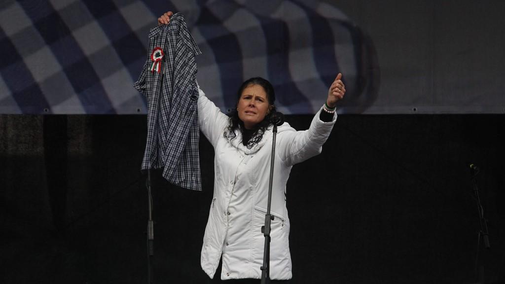 """Budapest, 2016. március 15.A korábban fekete ruhás nővérként ismertté vált Sándor Mária a pedagógusokkal való szolidaritása jeleként kockás ingét mutatja a Tanítanék Mozgalom által szervezett, a közoktatási, köznevelési rendszer átalakításáért, """"az oktatás szabadságáért"""" meghirdetett demonstráción Budapesten, a Kossuth téren 2016. március 15-én.MTI Fotó: Szigetváry Zsolt"""