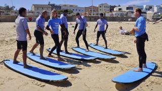 Sydney, 2016. április 5.A Settlement Services International ausztrál non-profit szervezet tagjai menedékkérőket tanítanak szörfdeszkázni a sydneyi Bondi Beachen 2016. március 23-án. (MTI/AP/Rob Griffith)