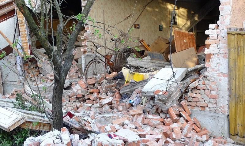 Tótkomlós, 2016. április 14. Gázrobbanás miatt romossá vált családi ház Tótkomlóson 2016. április 14-én. A robbanás helyszínérõl egy embert súlyos égési sérülésekkel kórházba kellett vinni. MTI Fotó: Donka Ferenc