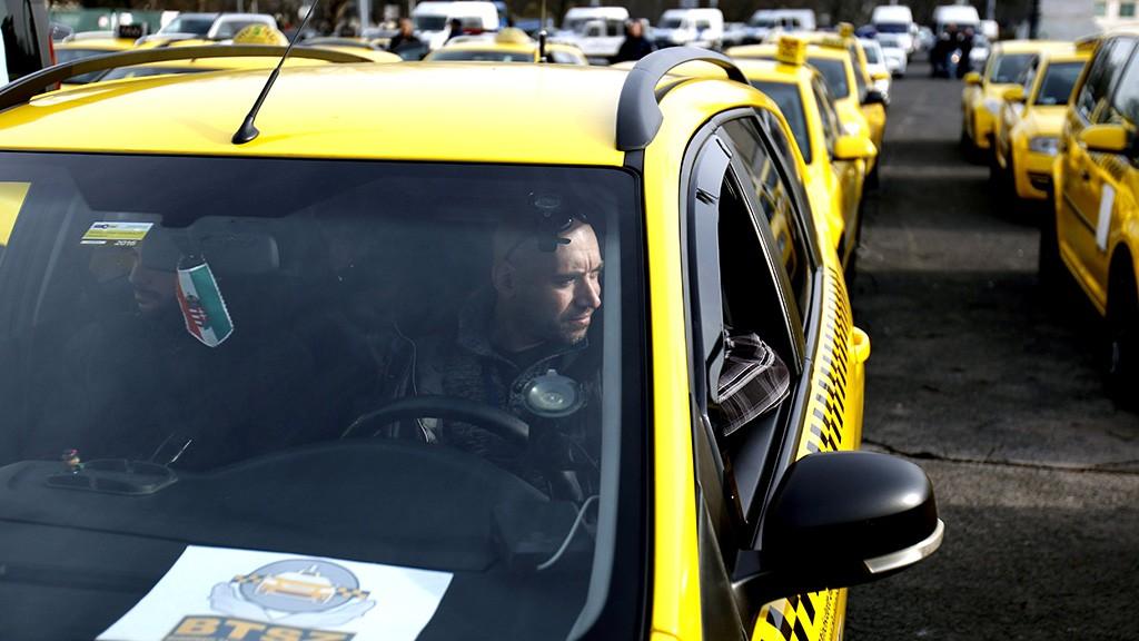 Budapest, 2016. március 10.Az Uber közösségi személyszállító szolgáltatás ellen tiltakozó taxisok újabb demonstrációjának résztvevői gyülekeznek a fővárosi Hősök terén 2016. március 10-én.MTI Fotó: Szigetváry Zsolt