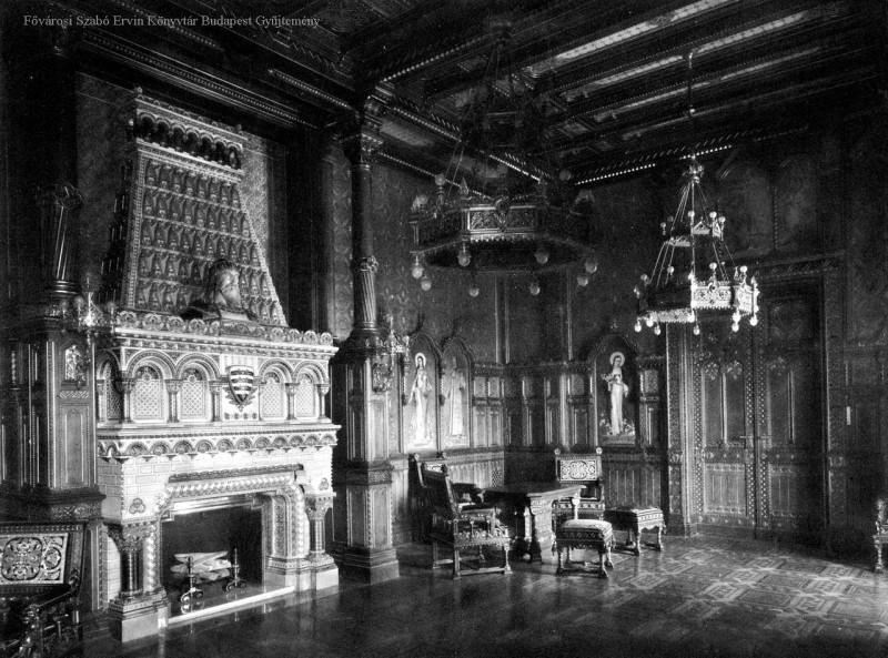 A kandallón Szent István-mellszobor, a falon IV. Béla, Szent Erzsébet, Szent Margit ábrázolás. A bútorok és kandalló T. E. munkái.