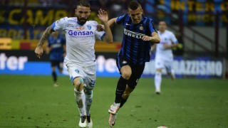 Inter Milan's midfielder from Croatia Ivan Perisic (R) fights for the ball with Empoli's defender from Italy Lorenzo Tonelli (L) during the italian Serie A football match Inter Milan vs Empoli on May 7th, 2016 at the San Siro Stadium stadium in Milan. / AFP PHOTO / OLIVIER MORIN