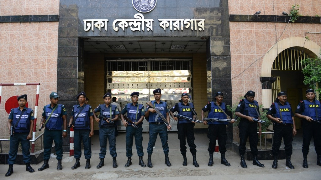 Bangladeshi security personnel stand guard outside a jail in Dhaka on May 10, 2016, where comvicted Jamaat-e-Islami leader Motiur Rahman Nizami is said to be scheduled to hang.    Bangladesh police have stepped up security at the capital Dhaka's main prison where the authorities are expected to hang the leader of the country's largest Islamist party for war crimes. Motiur Rahman Nizami, leader of the Jamaat-e-Islami party, could be hanged as early as the evening of May 10, after the country's highest court published the final judgement upholding his execution order.  / AFP PHOTO / STR