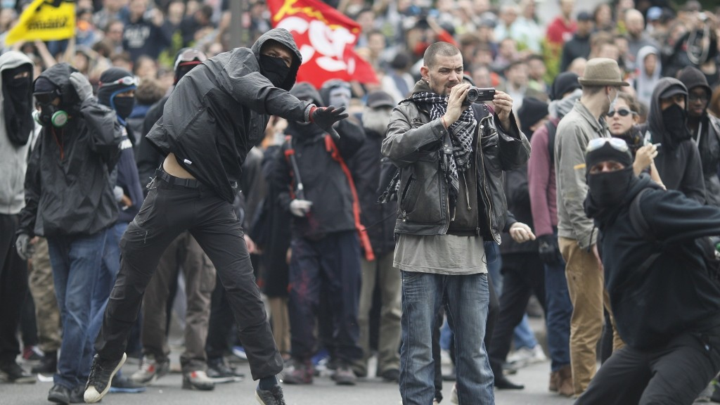 Troublemakers throw projectiles during a protest against the government's labour market reforms in Paris, on May 26, 2016. The French government's labour market proposals, which are designed to make it easier for companies to hire and fire, have sparked a series of nationwide protests and strikes over the past three months.    AFP PHOTO / MATTHIEU ALEXANDRE / AFP PHOTO / MATTHIEU ALEXANDRE