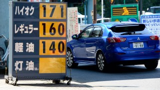 A car runs beside a price sign board in front of a gas station in Tokyo on August 30, 2013.  Japan's consumer prices rose at their fastest pace in more than four years in July, pushed up largely by higher energy costs, data showed.     AFP PHOTO/Toru YAMANAKA / AFP PHOTO / TORU YAMANAKA