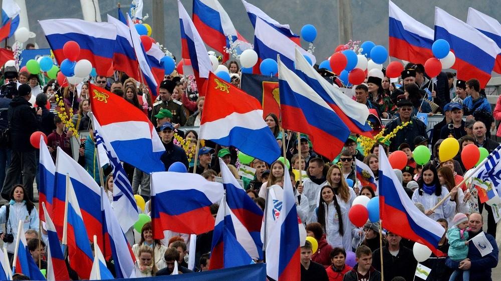 2836680 05/01/2016 Participants in the May Day march walking along the bridge across the Zolotoy Rog Bay in Vladivostok. Vitaliy Ankov/Sputnik