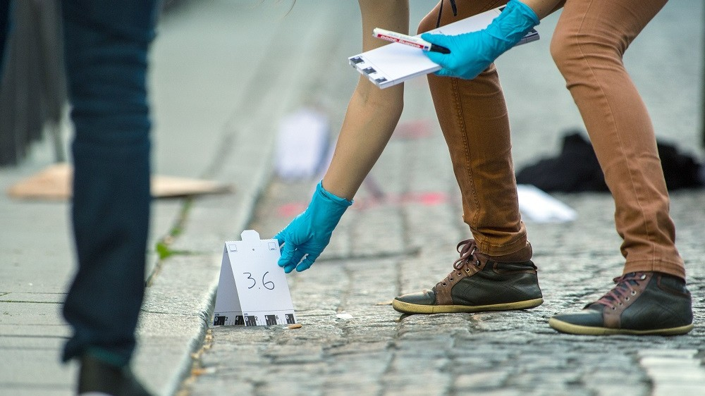 Forensics officers examine the crime scene by a in Frankfurt am Main,Germany, 05 May 2016. A shooting took place in late afternoon in downtown Frankfurt at FriedrichStolz Platz next to the bar 'Helium.' Several were wounded in the shooting in downtown Frankfurt. Photo:ANDREASARNOLD/dpa