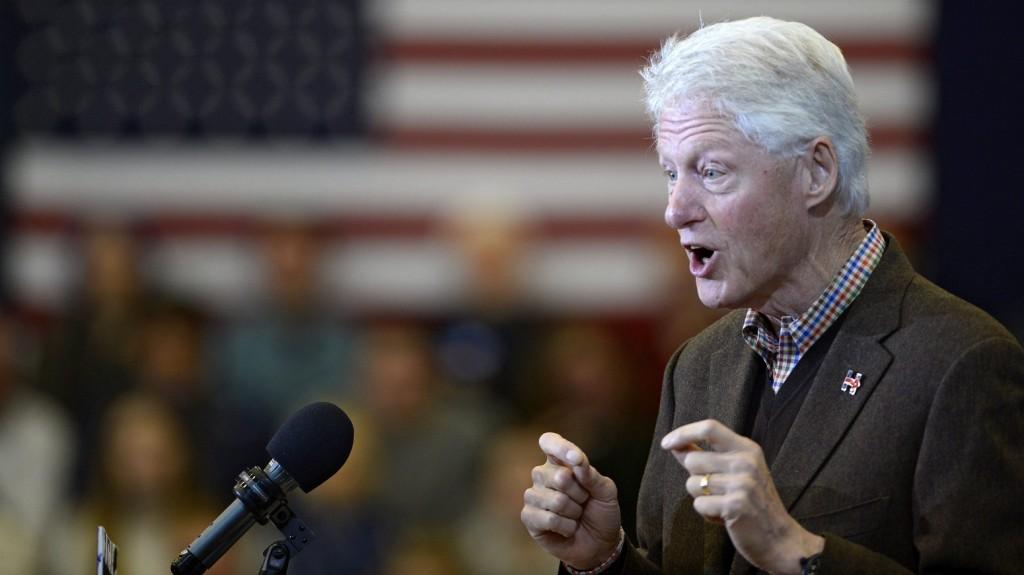Nashua, 2016. január 4. Bill Clinton volt amerikai elnök neje, a Demokrata Párt 2016-os elnökjelöltségére pályázó Hillary Clinton volt amerikai külügyminiszter mellett kampányol egy rendezvényen a New Hampshire állambeli Nashuában 2016. január 4-én. (MTI/EPA/CJ Gunther)