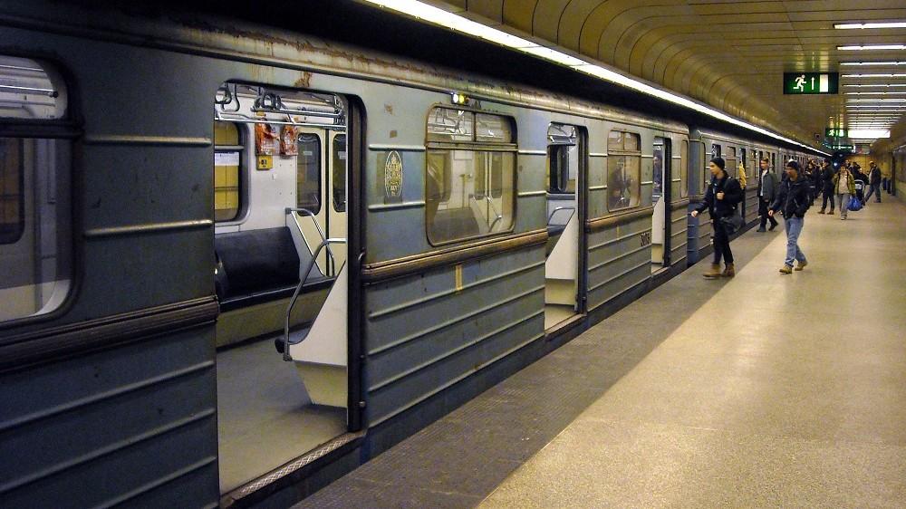 Budapest, 2015. február 16. Utasok szállnak be a szovjet gyártmányú, régi metrószerelvénybe a BKK-BKV M3-as vonalának északi végállomásán, Újpest-Központban. MTVA/Bizományosi: Jászai Csaba  *************************** Kedves Felhasználó! Az Ön által most kiválasztott fénykép nem képezi az MTI fotókiadásának, valamint az MTVA fotóarchívumának szerves részét. A kép tartalmáért és a szövegért a fotó készítõje vállalja a felelõsséget.