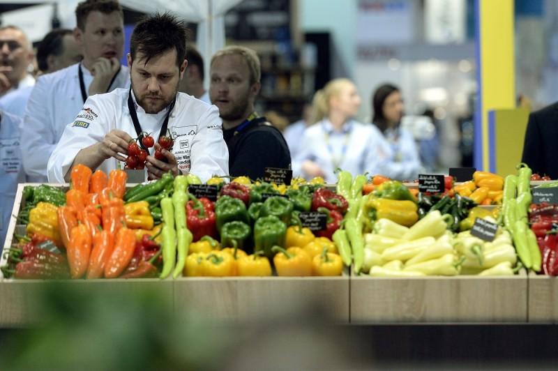 Budapest, 2016. május 9. Christopher William Davidsen norvég séf 2016. május 9-én a Hungexpo Budapesti Vásárközpontban, ahol a versenyzõk megvásárolják az alapanyagokat a másnapi Bocuse d'Or nemzetközi séfversenyhez. MTI Fotó: Kovács Tamás