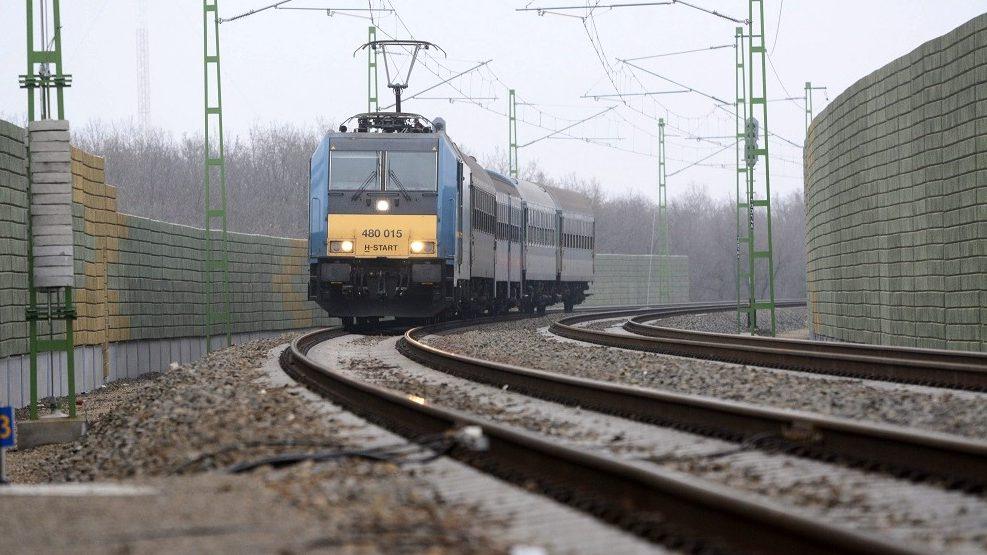 Szolnok, 2015. december 9. Személyvonat halad a hangfogó kerítésekkel védett, felújított vasúti pályaszakaszon Szolnokon 2015. december 9-én. Átadták az ország egyik legnagyobb forgalmát lebonyolító vasúti vonala, a Szolnok-Szajol vasútvonal korszerûsített szakaszát. A nettó 20,7 milliárd forintos beruházás uniós és hazai forrás felhasználásával valósult meg. MTI Fotó: Mészáros János