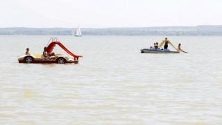 Keszthely, 2015. június 5. Vízibiciklizõk a Balatonban a keszthelyi strandon 2015. június 5-én. MTI Fotó: Varga György