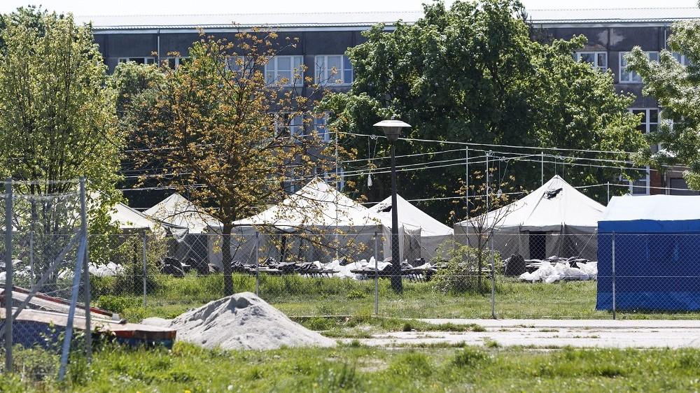 Körmend, 2016. április 21. A katasztrófavédelem munkatársai sátrakat állítanak fel az ideiglenes migrációs befogadóállomáson, a Körmendi Rendészeti Szakközépiskola udvarán 2016. április 21-én. MTI Fotó: Varga György